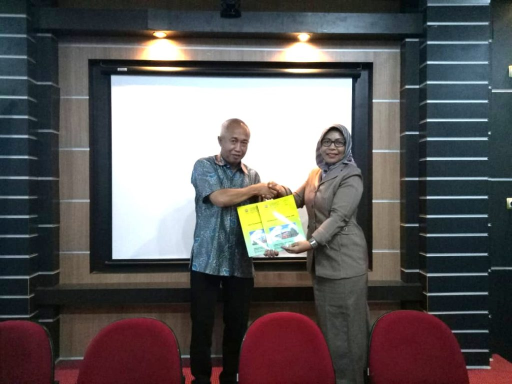 Penyerahan Buku AMI dari Ketua LPM kepada Rektor